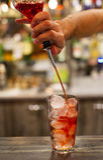 Il barista fa un cocktail rosso immagini stock libere da diritti