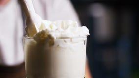 Il barista fa una bella schiuma sul cocktail Primo piano archivi video
