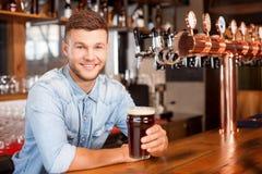 Il barista maschio bello sta lavorando nella barra Fotografie Stock Libere da Diritti