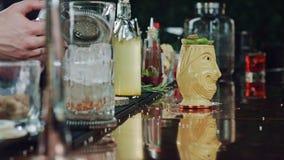 Il barista mette il cocktail su fuoco stock footage