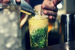 Il barista mette il ghiaccio in un cocktail Immagini Stock Libere da Diritti