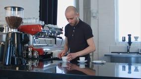 Il barista prepara il cappuccino in caffetteria Immagine Stock