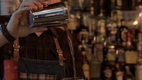 Il barista prepara il coctail alcolico nella barra moderna Movimento lento stock footage