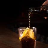 Il barista prepara il cocktail del libre di Cuba in un vetro alto Fotografia Stock Libera da Diritti