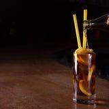 Il barista prepara il cocktail del libre di Cuba in un vetro alto Immagine Stock