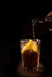 Il barista prepara il cocktail del libre di Cuba in un vetro alto Immagine Stock Libera da Diritti
