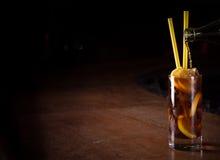 Il barista prepara il cocktail del libre di Cuba in un vetro alto Fotografie Stock Libere da Diritti