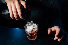 Il barista prepara un cocktail immagini stock libere da diritti