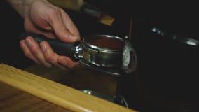 Il barista produce il caffè