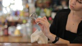 Il barista pulisce un vetro Colpo medio video d archivio