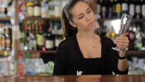 Il barista pulisce un vetro di vino Colpo medio video d archivio