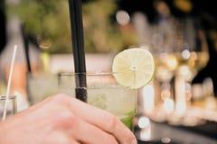 Il barista sta decorando un cocktail con il yo della calce Fotografia Stock Libera da Diritti
