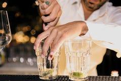 Il barista sta decorando un cocktail con il yo della calce Fotografie Stock