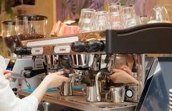 Il barista sta facendo il caffè Immagine Stock Libera da Diritti