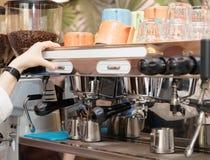 Il barista sta facendo il caffè Immagini Stock Libere da Diritti