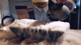 Il barista sta facendo il cocktail al night-club Uomo unico stock footage