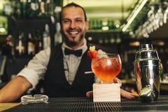 Il barista sta facendo il cocktail al night-club Fotografia Stock Libera da Diritti