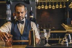 Il barista sta facendo il cocktail al night-club Fotografie Stock Libere da Diritti