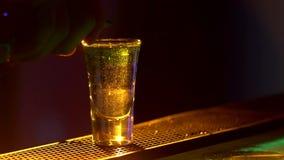 Il barista sta facendo il cocktail e sta aggiungendo il bianco, tre liquidi differenti, al bordo del contatore della barra, fine, video d archivio