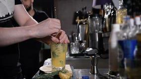 Il barista sta facendo il cocktail preparazione complessa di vari ingredienti video d archivio