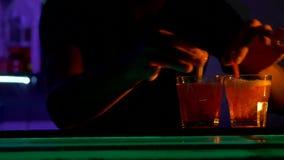 Il barista sta facendo il cocktail, versante alla barra archivi video