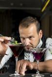Il barista sta facendo un cocktail Fotografie Stock Libere da Diritti