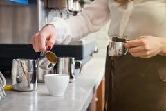 Il barista sta preparando il caffè sulla macchina del caffè Fotografie Stock Libere da Diritti