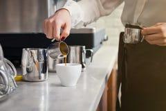 Il barista sta preparando il caffè sulla macchina del caffè Fotografia Stock Libera da Diritti