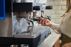 Il barista sta preparando il caffè sulla macchina del caffè Immagine Stock Libera da Diritti