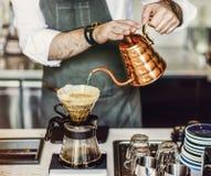 Il barista sta producendo il caffè fotografie stock