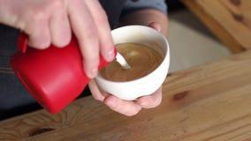 Il barista sta producendo il cappuccino Versa il latte in caff? Sta disegnando con il latte archivi video