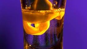 Il barista sta versando una bevanda in un vetro con archivi video