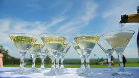 Il barista versa i vetri di champagne stock footage