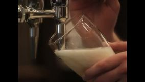 Il barista versa la birra stock footage
