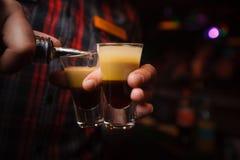 il barista versa un primo piano del cocktail b 52 Fotografia Stock