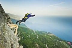 il Base-saltatore salta dalla scogliera fotografia stock libera da diritti