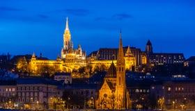 Il bastione del pescatore nell'illuminazione di notte e nella sua riflessione nel Danubio a Budapest, Ungheria immagini stock