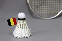 Il bastone della bandiera di Mini Belgium sul volano bianco sui precedenti grigi e fuori mette a fuoco la racchetta di volano fotografia stock