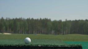 Il bastone sulla palla Un club di golf su un campo da golf Attrezzatura, palla da golf e bastone di golf Corso di sport Fotografia Stock