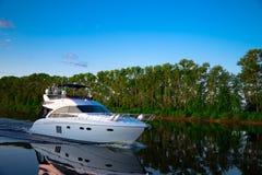 Il battello da diporto galleggia sul fiume Volga Fotografie Stock Libere da Diritti