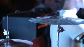 Il batterista della roccia gioca la musica sul concerto video d archivio
