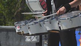 Il batterista della via gioca i tamburi video d archivio