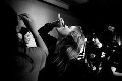 Il batterista di Hinds (banda anche conosciuta come i cervi) beve dopo la manifestazione a Heliogabal Fotografia Stock Libera da Diritti
