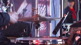 Il batterista gioca ad un concerto Primo piano delle mani del batterista con le bacchette archivi video