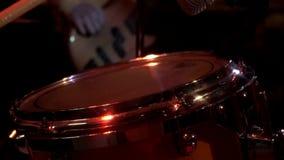 Il batterista gioca la musica sul corredo dei tamburi Mano del batterista con la bacchetta che gioca l'insieme del tamburo stock footage
