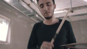 Il batterista gioca snob Primo piano del cappello a cilindro e delle bacchette Bello piano meraviglioso Banda rock video d archivio