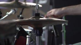 Il batterista gioca il tamburo messo al primo piano di concerto dei piatti per il ritmo Concerto rock video d archivio