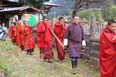 Il battito dei monaci tamburella ed i corni del gioco nel festival dei yak del ` s del Bhutan fotografie stock
