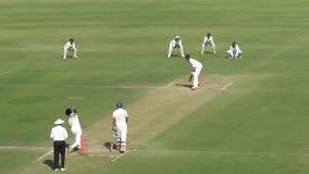 Il battitore ha lasciato la palla in una partita del cricket della prova allo stadio di Indore stock footage