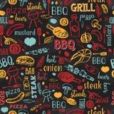 Il BBQ arrostisce col barbecue il modello senza cuciture di schizzo della griglia con tipografia Progettazione variopinta del men Fotografia Stock